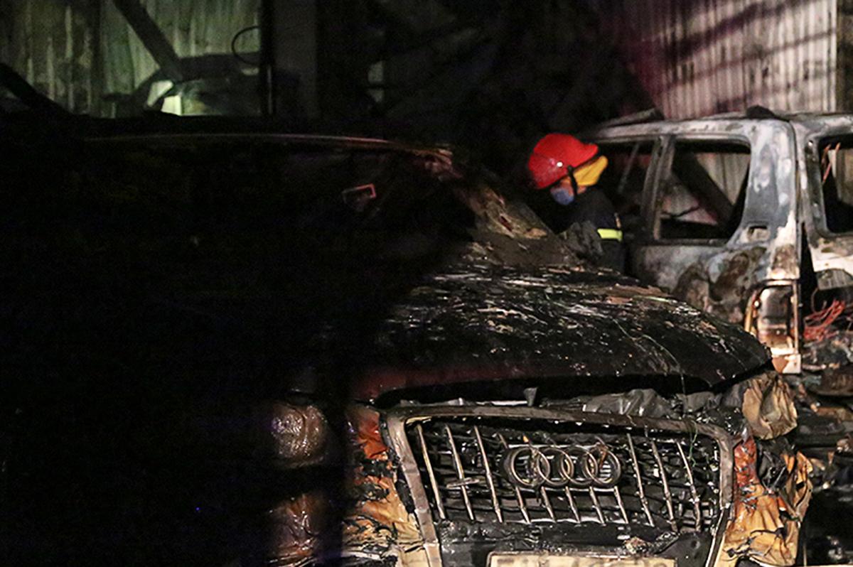 Ba ôtô bị thiêu rụi trong gara, tối 13/10. Ảnh: Đình Văn