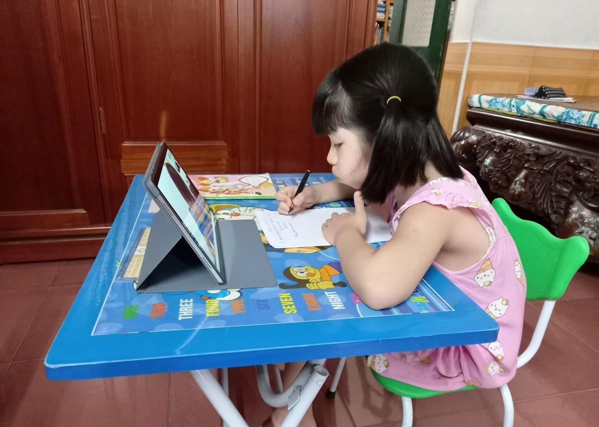Học sinh lớp 2 tại Hà Nội học online khi thủ đô bùng phát dịch bệnh lần thứ 4, tháng 8/2021. Ảnh: Thanh Hằng