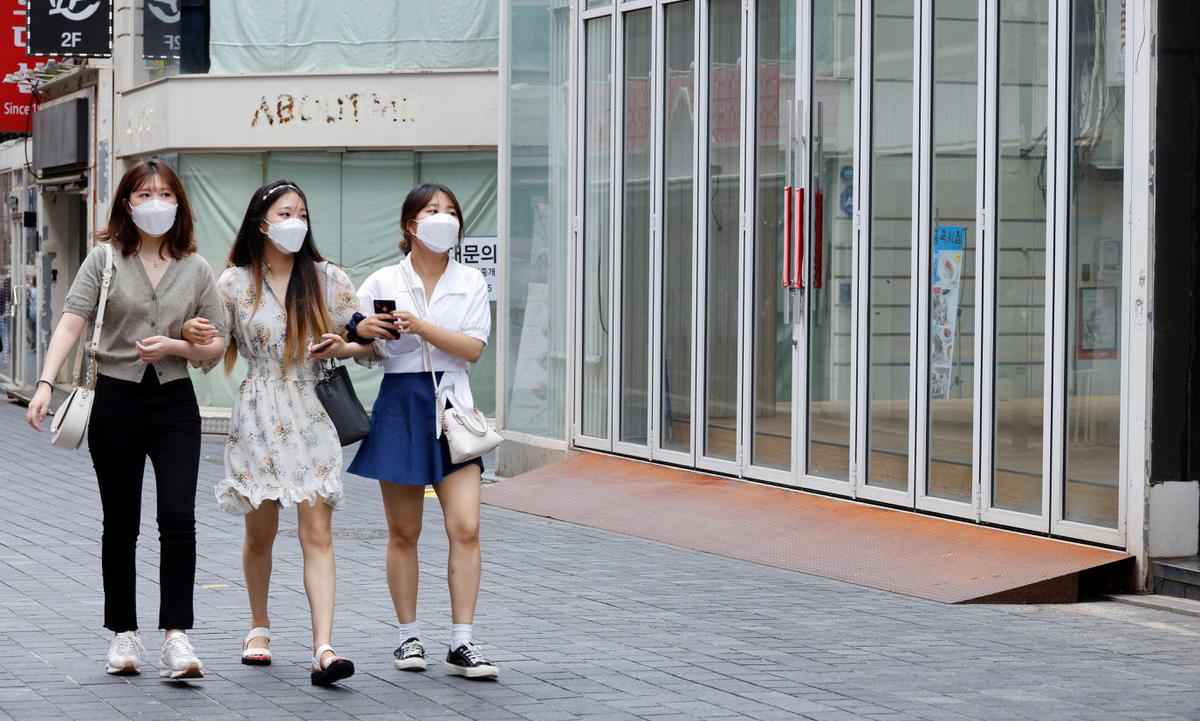 Người dân Hàn Quốc trên một con phố ở Seoul hôm 9/7. Ảnh: Reuters.