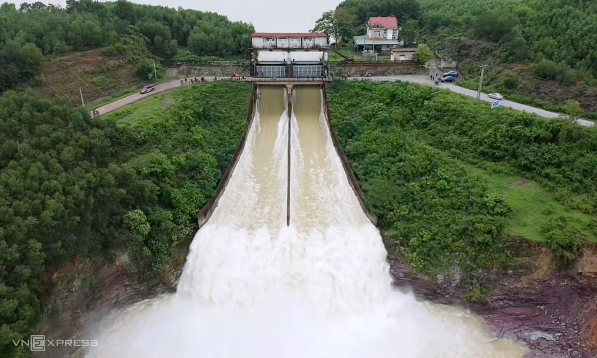 Hồ Kẻ Gỗ ở huyện Cẩm Xuyên trong một lần xả lũ hồi tháng 10/2020. Ảnh: Đức Hùng