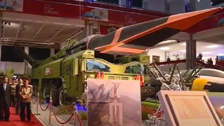 Cận cảnh xe bệ phóng và đầu đạn siêu vượt âm của tên lửa Hwasong-8. Ảnh: KRT.