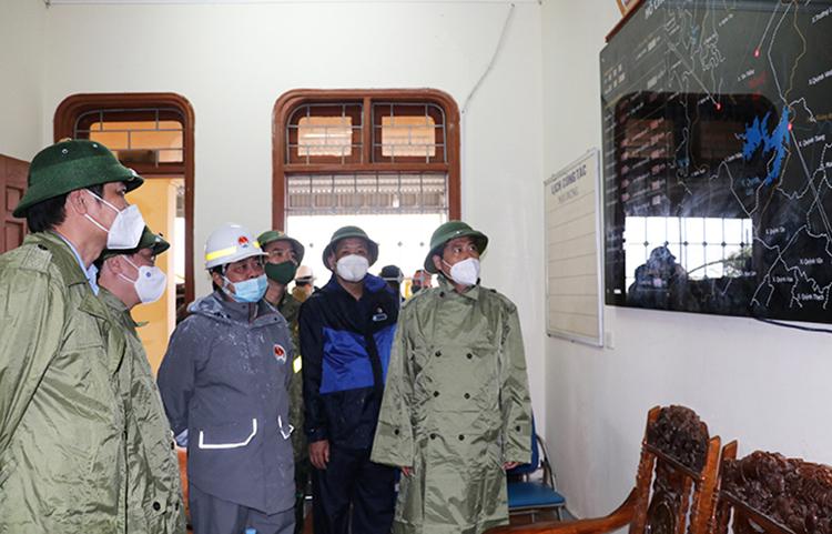 Bộ trưởng Bộ Nông nghiệp Lê Minh Hoan (mũ trắng) cùng đoàn công tác kiểm tra phần mềm hệ thống điều tiết nước tại hồ Vực Mấu. Ảnh: Nghean.gov