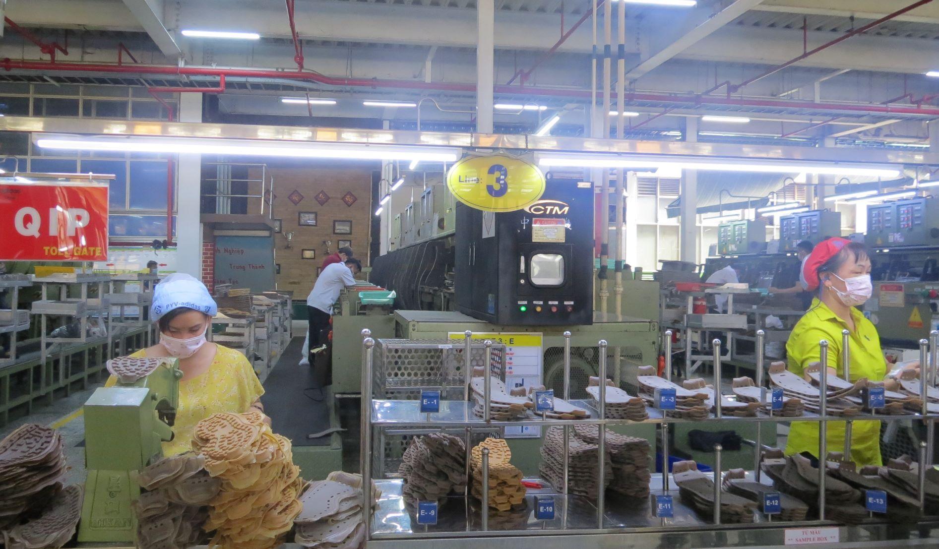 Công nhân Pouyuen Việt Nam làm việc ngày 11/6 . Ảnh: Lê Tuyết