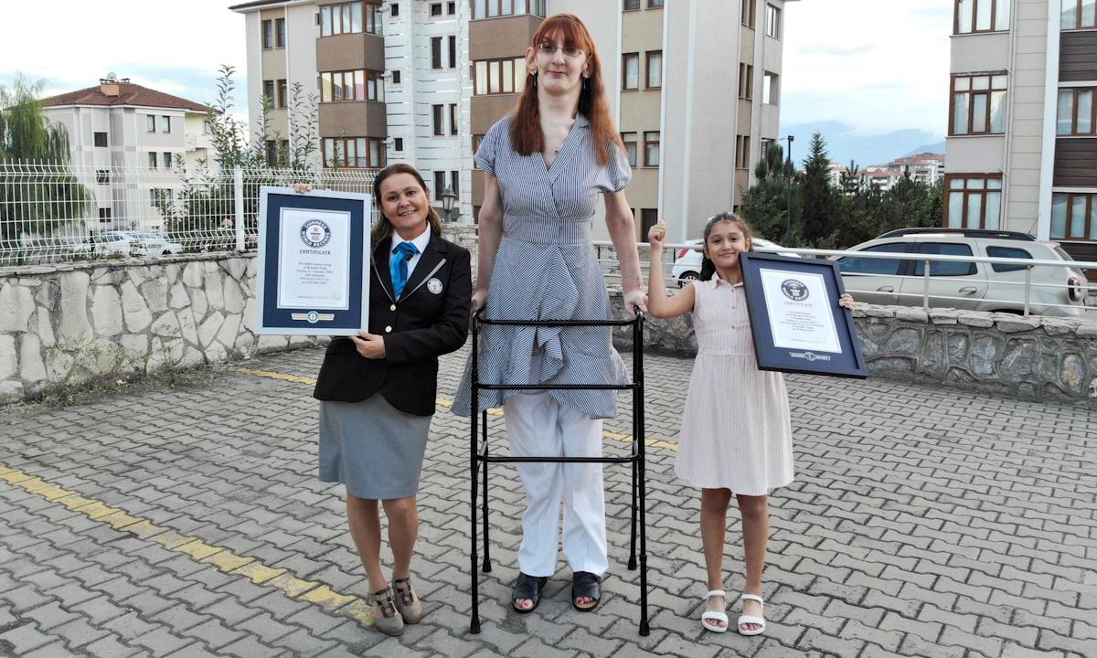 Rumeysa Gelgi chụp ảnh cùng hai giấy chứng nhận của Kỷ lục Guinness Thế giới. Ảnh: Guinness World Records.