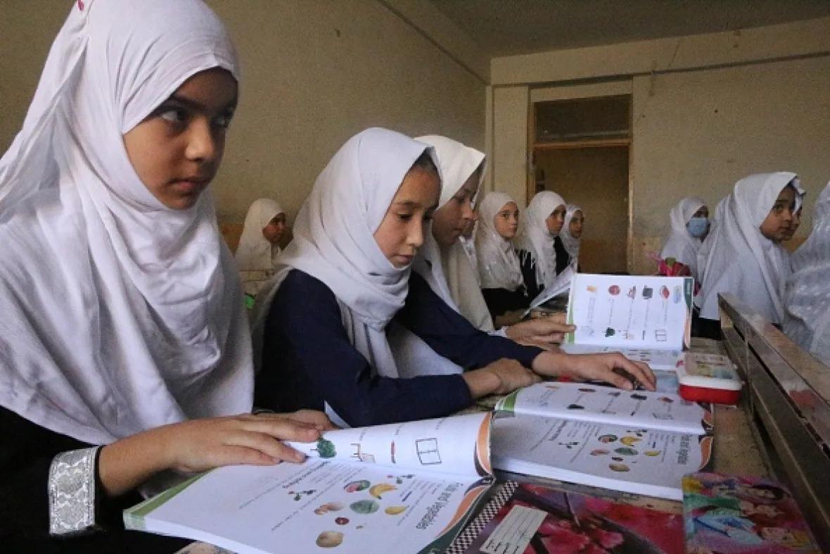 Nữ sinh Afghanistan tại một trường tiểu học ở thành phố Kandahar tháng trước. Ảnh: Anadolu Agency.