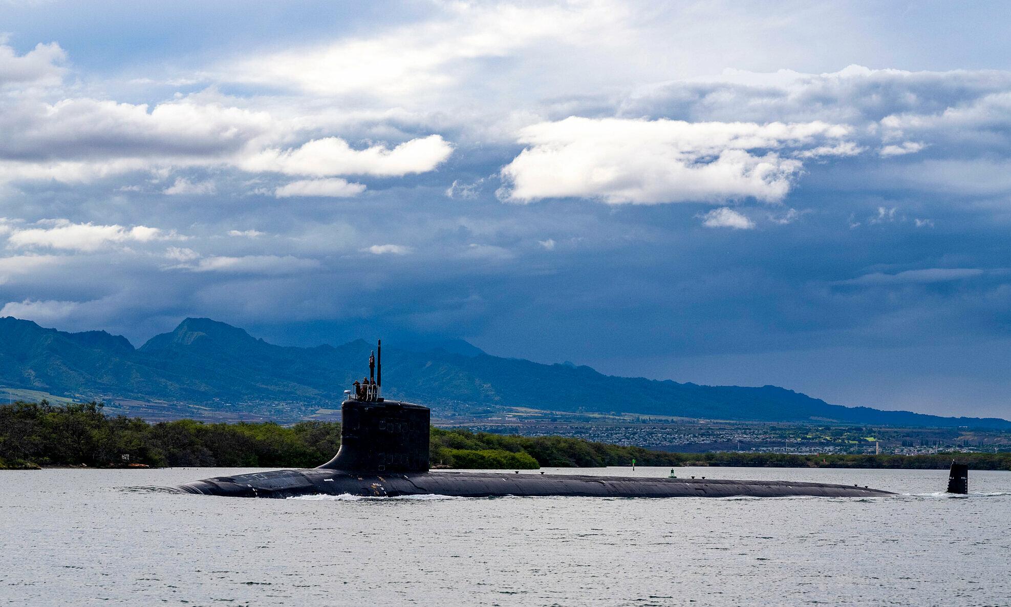 Tàu ngầm hạt nhân Lớp Virginia của hải quân Mỹ đến Hawaii vào tháng 9. Ảnh: AP.