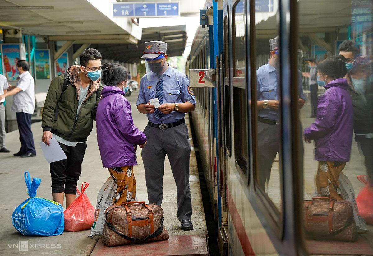 Hành khách làm thủ tục lên tàu ở ga Hà Nội chiều 13/10. Ảnh: Phạm Chiểu.