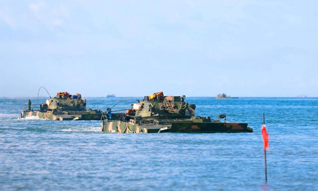 Thiết giáp lội nước của Trung Quốc tham gia diễn tập đổ bộ ngày 21/5. Ảnh: PLA.