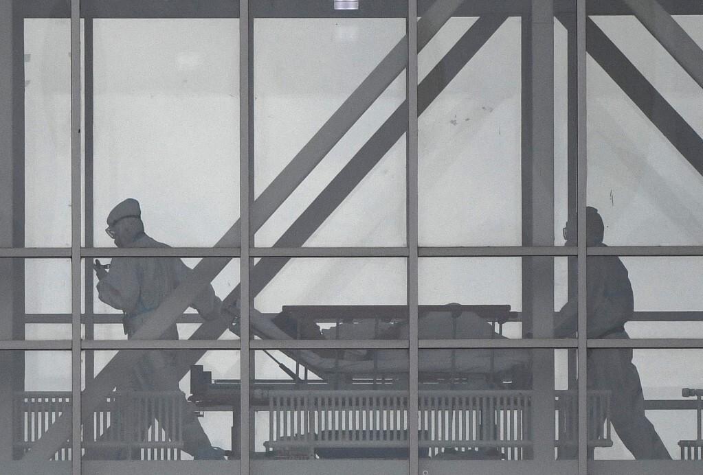 Nhân viên y tế di chuyển bệnh nhân Covid-19 tại một bệnh viện ở Moskva, Nga hôm 5/10. Ảnh: AFP.