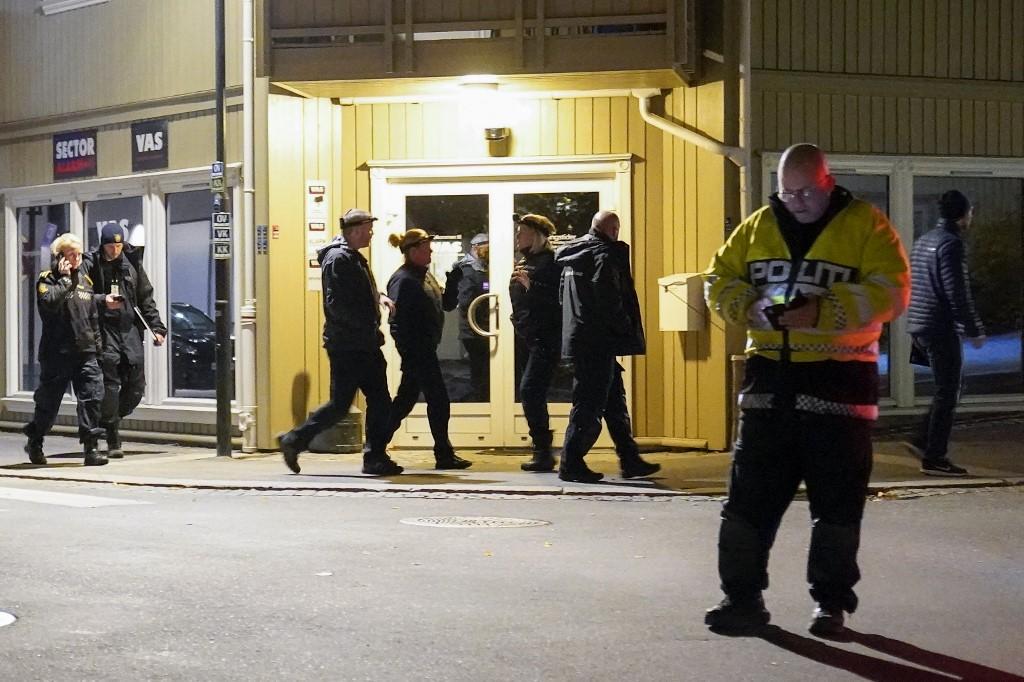 Cảnh sát tại hiện trường vụ tấn công bằng cung tên ở thị trấn Kongsberg, Na Uy hôm 13/10. Ảnh: AFP.