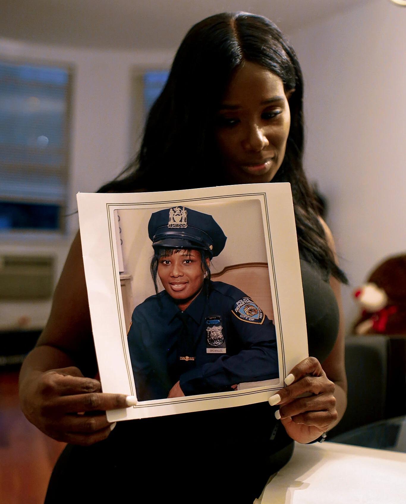 Katrina Cooke Brownlee sau khi nghỉ hưu, khoe ảnh thời còn làm cảnh sát. Ảnh: NYTimes
