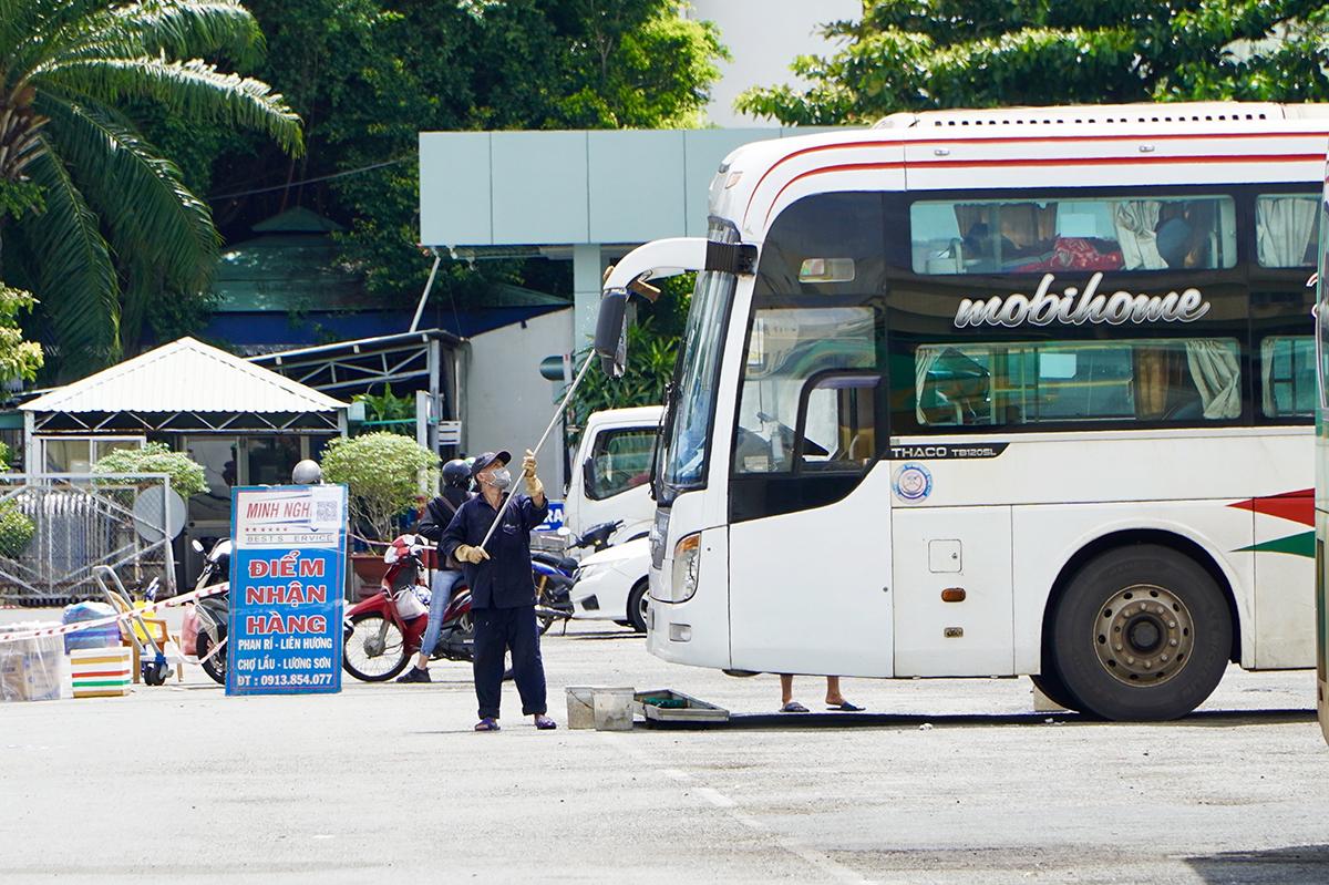 Nhân viên vệ sinh xe để chuẩn bị đón khách tại Bến xe Miền Đông, quận Bình Thạnh, TP HCM, sáng 14/10. Ảnh: Gia Minh