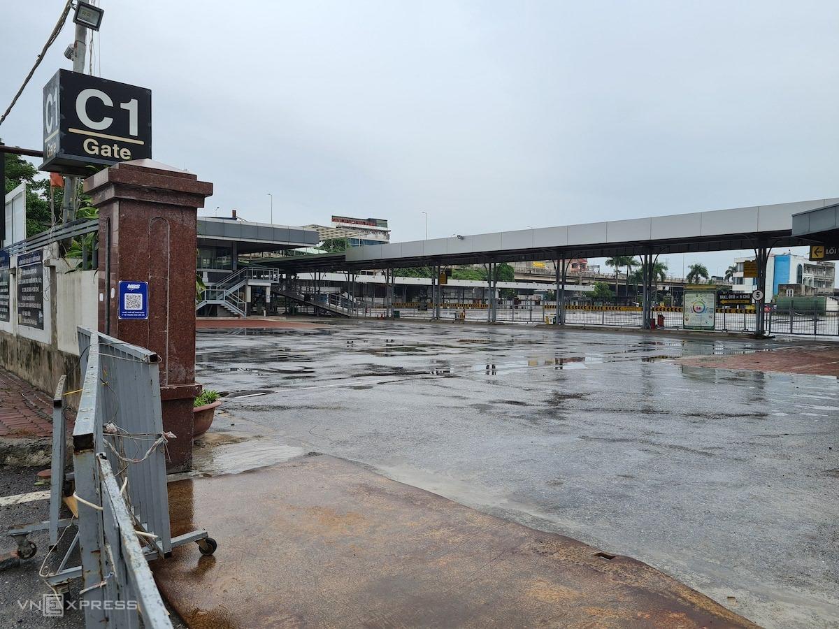 Bến xe Nước Ngầm với các tuyến xe khách đi miền Trung và miền Nam vẫn đóng cửa. Ảnh: Tất Định.