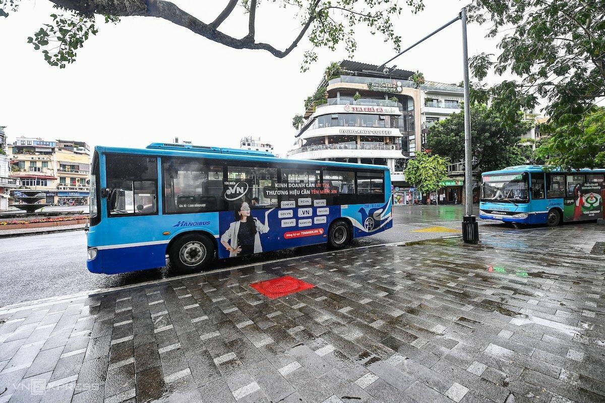 Xe buýt Hà Nội chạy trở lại sáng 14/10. Ảnh: Giang Huy