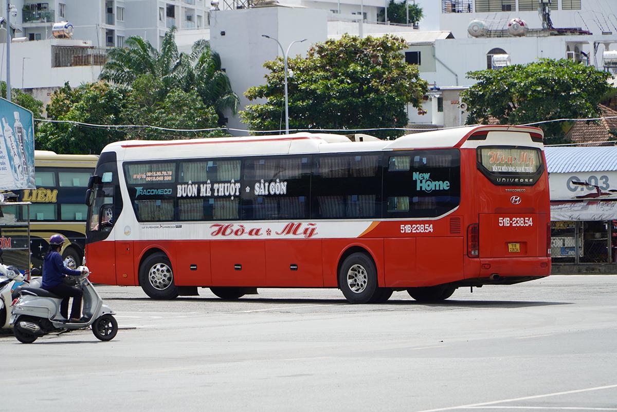 Xe khách chạy tuyến TP HCM về Đăk Lăk vào Bến xe Miền Đông đón khách, sáng 14/10. Ảnh: Gia Minh