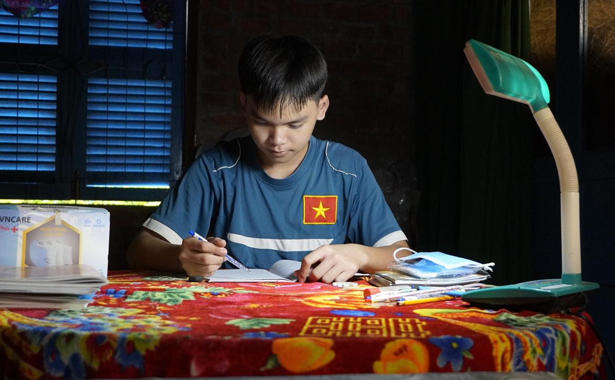 Huỳnh Nguyên Vũ, con út trong gia đình 7 anh chị em ôn bài chuẩn bị cho năm học mới. Ảnh: Hoàng Nam