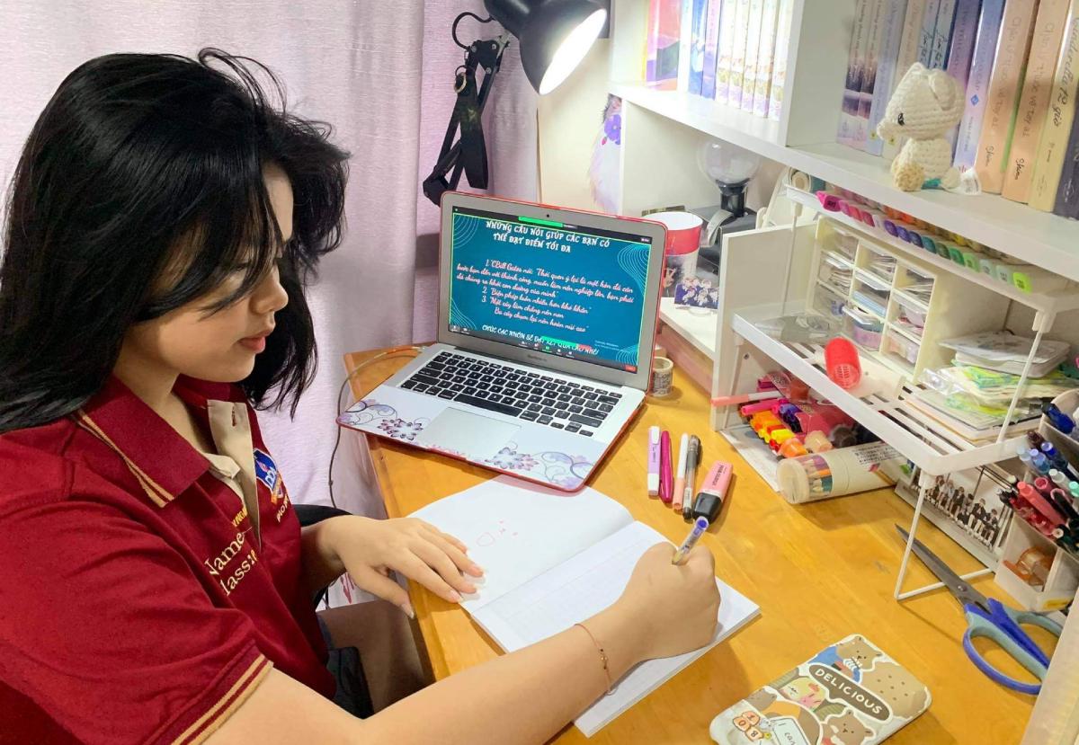 Học sinh trường THPT Đào Duy Anh, TP HCM học trực tuyến tại nhà, tháng 10/2021. Ảnh: Trần Minh