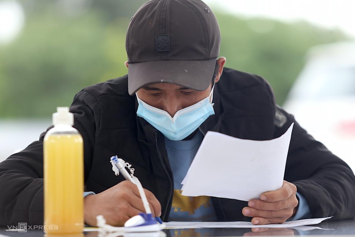 Anh Dung khai báo y tế tại chốt, sáng 14/10. Ảnh: Gia Chính