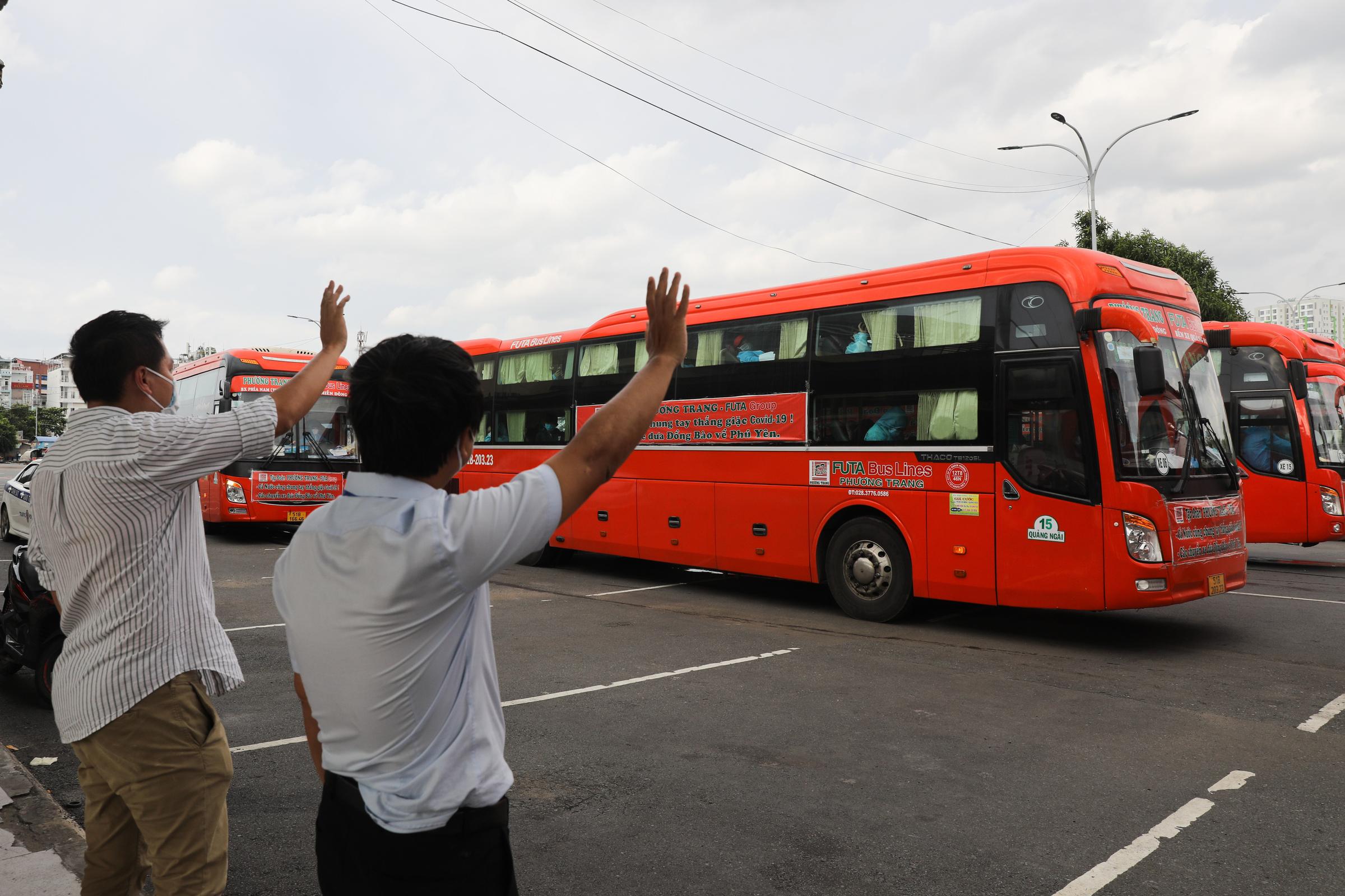 Chuyến xe rời Bến xe Miền Đông đưa 600 người dân về Phú Yên, ngày 3/8. Ảnh: Quỳnh Trần