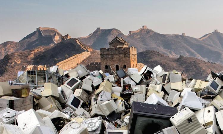Lượng rác điện tử thải ra năm nay có thể nặng hơn Vạn lý Trường thành. Ảnh: EcoWatch/Christopher Koay/Johner Royalty-Free