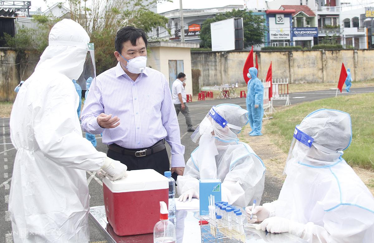 Ông Trần Hữu Thế, Chủ tịch UBND tỉnh kiểm tra nhân viên việc lấy mẫu xét nghiệm khi người dân trở về. Ảnh: Thiên Lý