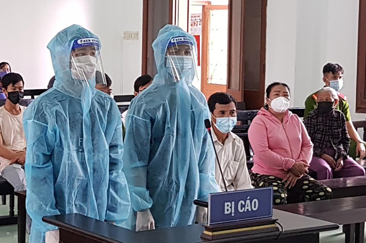 Bị cáo Nguyễn Lâm và Đặng Phúc Công tại tòa. Ảnh: An Phước