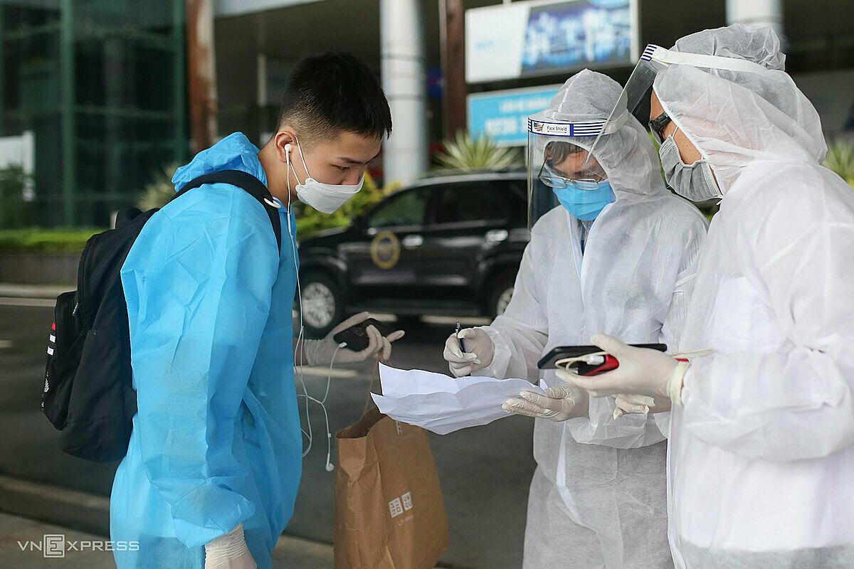 Người về cách ly phải cung cấp đầy đủ thông tin cho ngành y tế theo dõi khi cách ly tại nhà. Ảnh: Nguyễn Đông