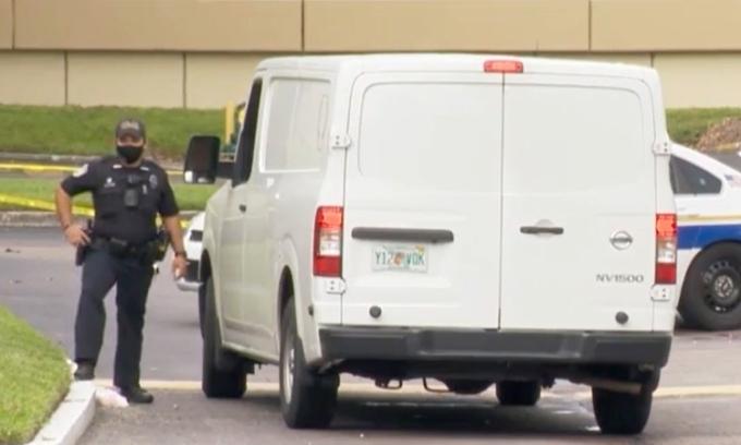 Một sĩ quan cảnh sát tại hiện trường vụ nổ súng ở Altamonte Springs, hạt Seminole, bang Florida, hôm 12/8. Ảnh: NBC.