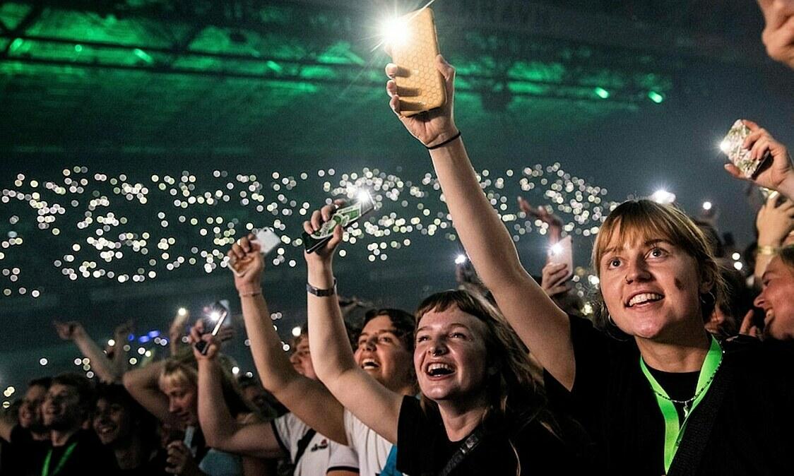 Người dân Đan Mạch tham dự buổi trình diễn âm nhạc quy mô lớn vào ngày 11/9 ở Copenhagen. Ảnh: AFP.