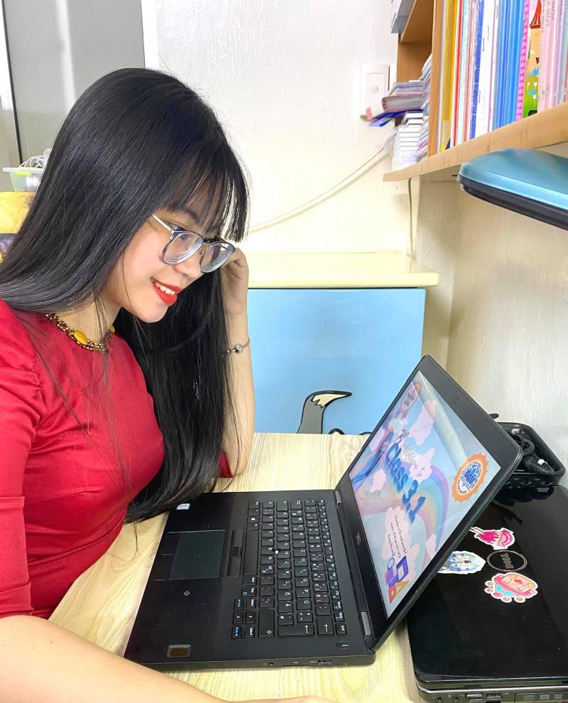 Giáo viên trường Tiểu học Thực hành Đại học Sài Gòn, TP HCM dạy trực tuyến, tháng 9/2021. Ảnh: Giáo viên cung cấp