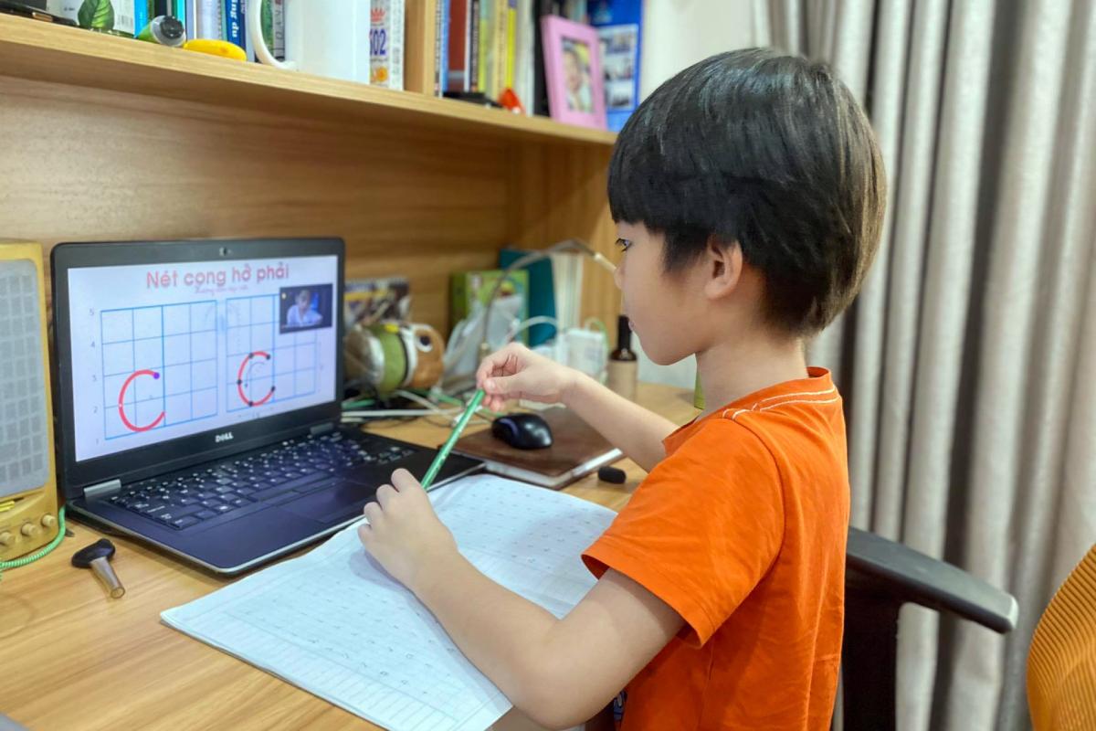 Học sinh lớp 1 trường Tiểu học Lương Thế Vinh, quận 7, TP HCM trong giờ học trực tuyến hồi tháng 9/2021. Ảnh: Phụ huynh cung cấp