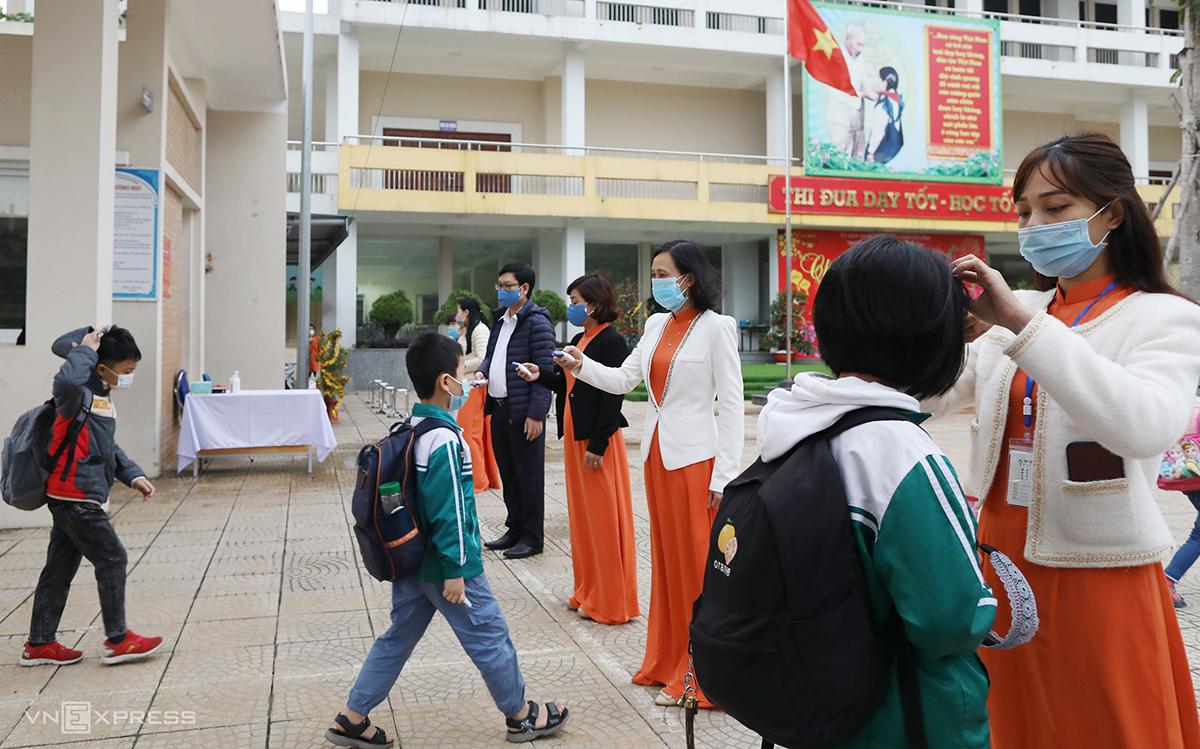Học sinh trường Tiểu học Xuân Phương, quận Nam Từ Liêm, trở lại trường hôm 2/3, sau đợt bùng phát dịch thứ 3. Ảnh: Ngọc Thành
