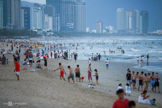 Bãi biển Đà Nẵng đông đúc người dân và khu khách tắm trong kỳ nghỉ lễ. Ảnh: Nguyễn Đông