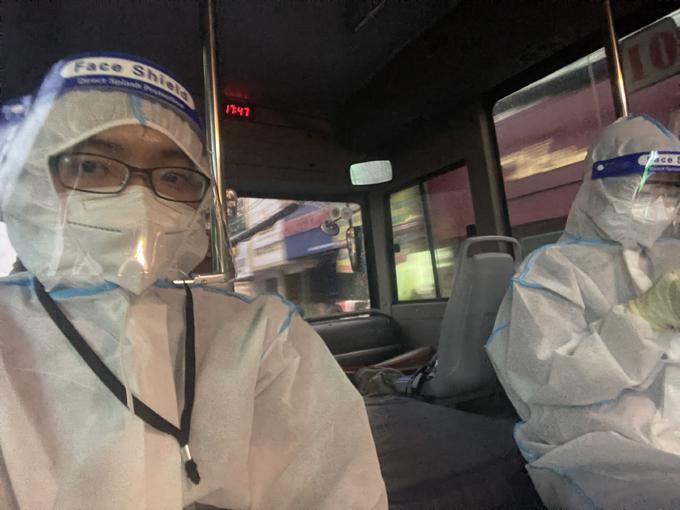 Khoa (bìa trái) trong một lần làm nhiệm vụ chuyển bệnh nhân lên tuyến trên. Ảnh: Nhân vật cung cấp