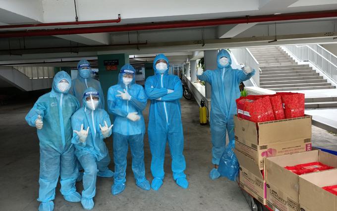 Khoa (thứ ba, từ phải qua) cùng đội 5 người hỗ trợ bệnh nhân. Ảnh: Nhân vật cung cấp