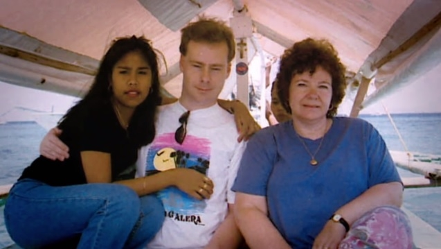 Từ trái qua, Evelyn, Steven, và bà Margaret Davis. Ảnh: Stevenalstondavis