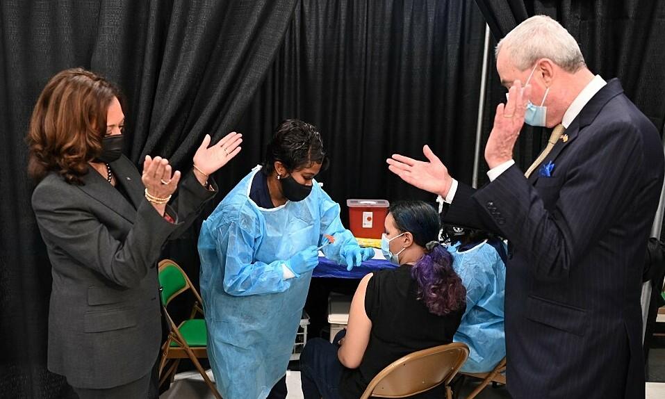 Phó tổng thống Mỹ Kamala Harris (trái) thăm một điểm tiêm chủng ở New Jersey hôm 8/10. Ảnh: AFP.