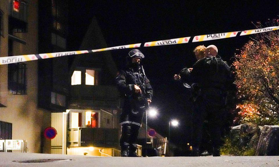 Cảnh sát điều tra ở khu vực xảy ra các vụ tấn công tại Kongsberg, Na Uy tối 13/10. Ảnh: Reuters.