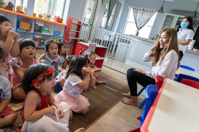 Các em nhỏ cùng cô Ngọc hát các bài tiếng Việt và tiếng Anh trong một giờ học ở Dino Land Academy. Ảnh: Lucio Vasquez/Houston Public Media