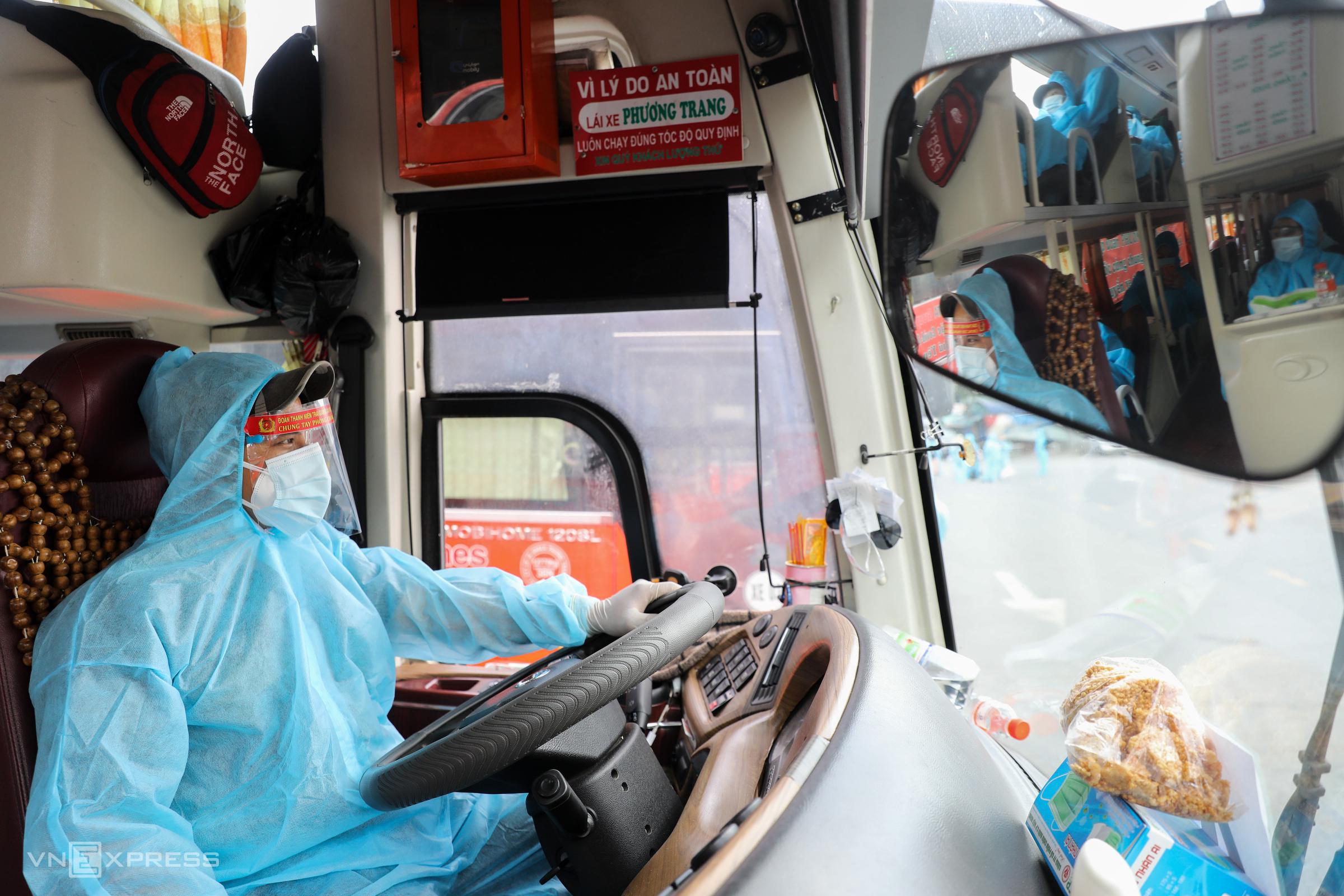 Tài xế mặc đồ bảo hộ chở người dân Phú Yên về quê miễn phí, hôm 3/8. Ảnh: Quỳnh Trần