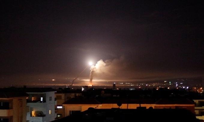 Tên lửa được nhìn thấy trên bầu trời từ thủ đô Damascus, Syria, tháng 5/2018. Ảnh: Reuters.