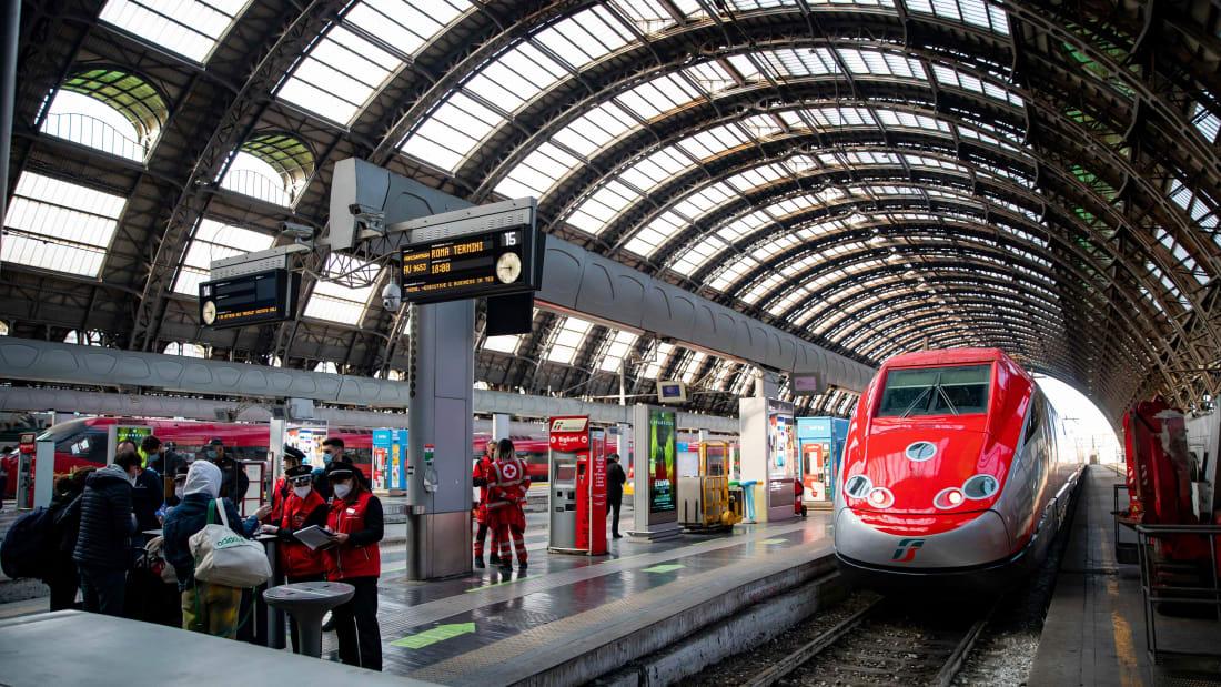 Một tàu cao tốc đi vào nhà ga ở Rome, italy tuần này. Ảnh: Mondadori Portfolio.