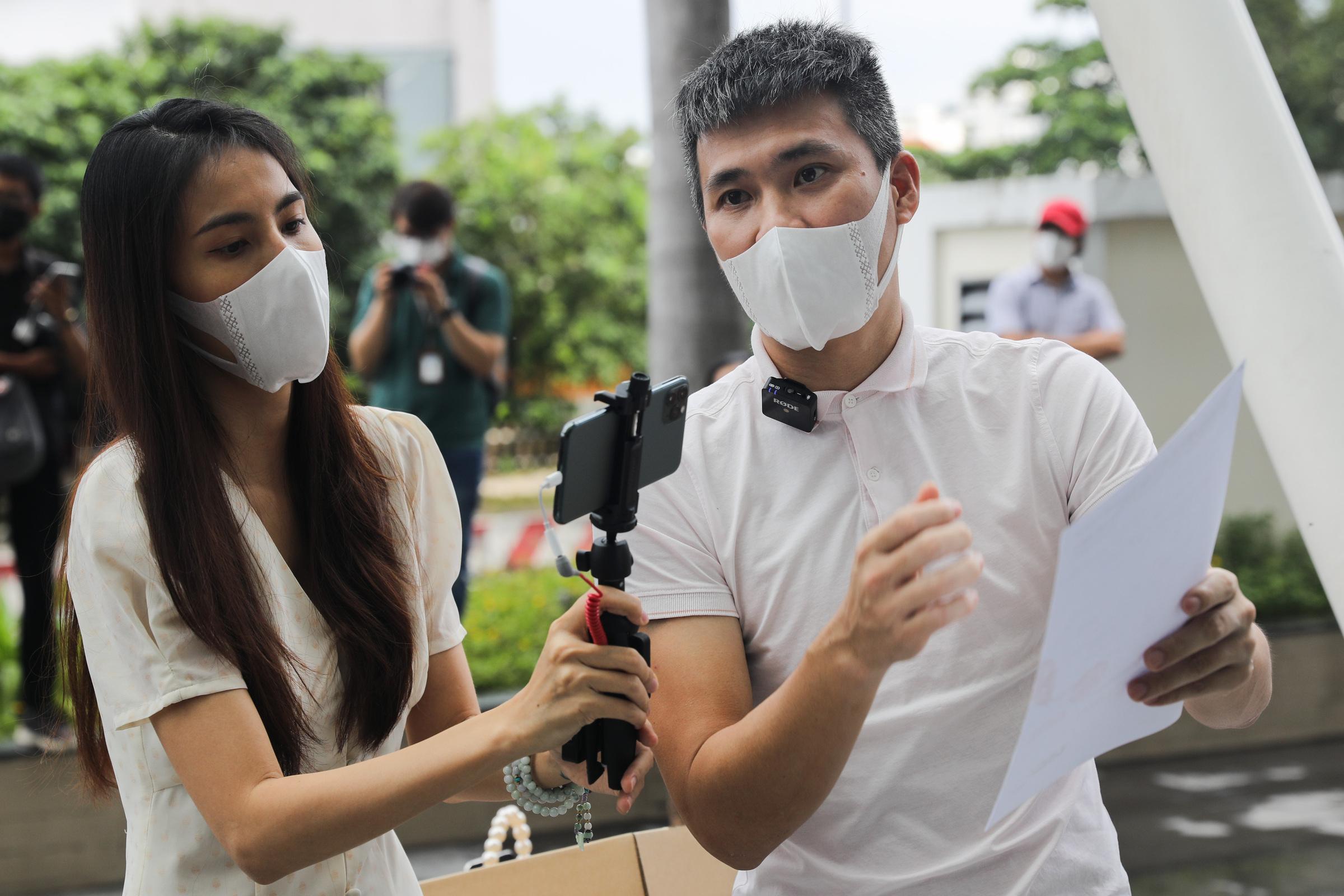 Vợ chồng Thủy Tiên đến ngân hàng sao kê hơn 177 tỷ đồng kêu gọi quyên góp hỗ trợ người miền Trung năm ngoái. Ảnh: Quỳnh Trần