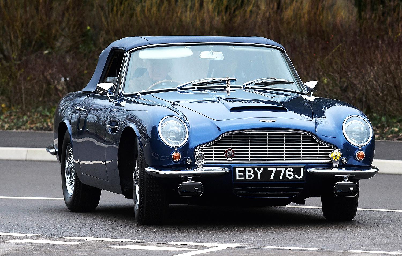Chiếc xe thể thao Aston Martin DB6 màu xanh lam của Thái tử Charles. Ảnh: WPA.