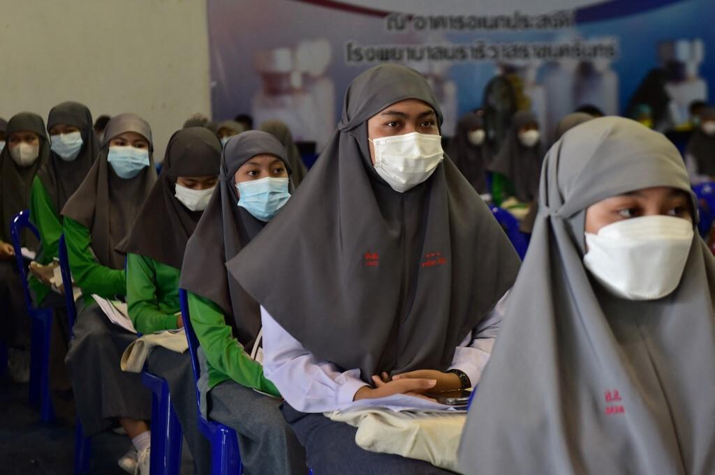 Học sinh trường Hồi giáo xếp hàng chờ tiêm vaccine Covid-19 tại một bệnh viện tỉnh Narathiwat, miền nam Thái Lan hôm 11/10. Ảnh: AFP.