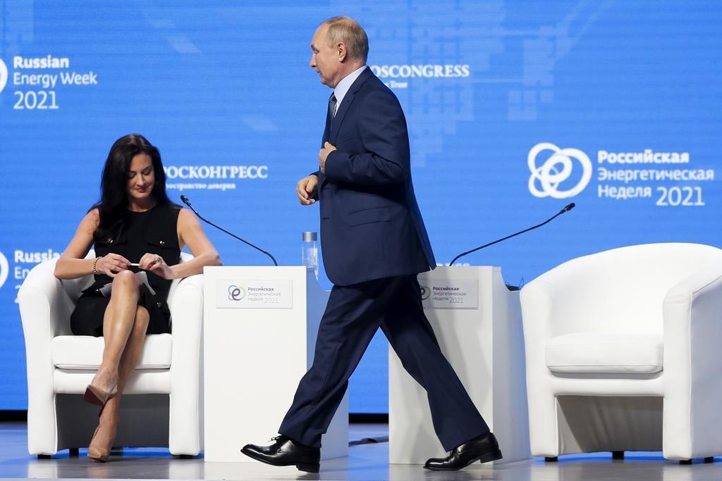Tổng thống Putin bước qua nữ phóng viên Mỹ Hadley Gamble tại hội thảo Tuần lễ Năng lượng Nga ở Moskva hôm 13/10. Ảnh: AP.