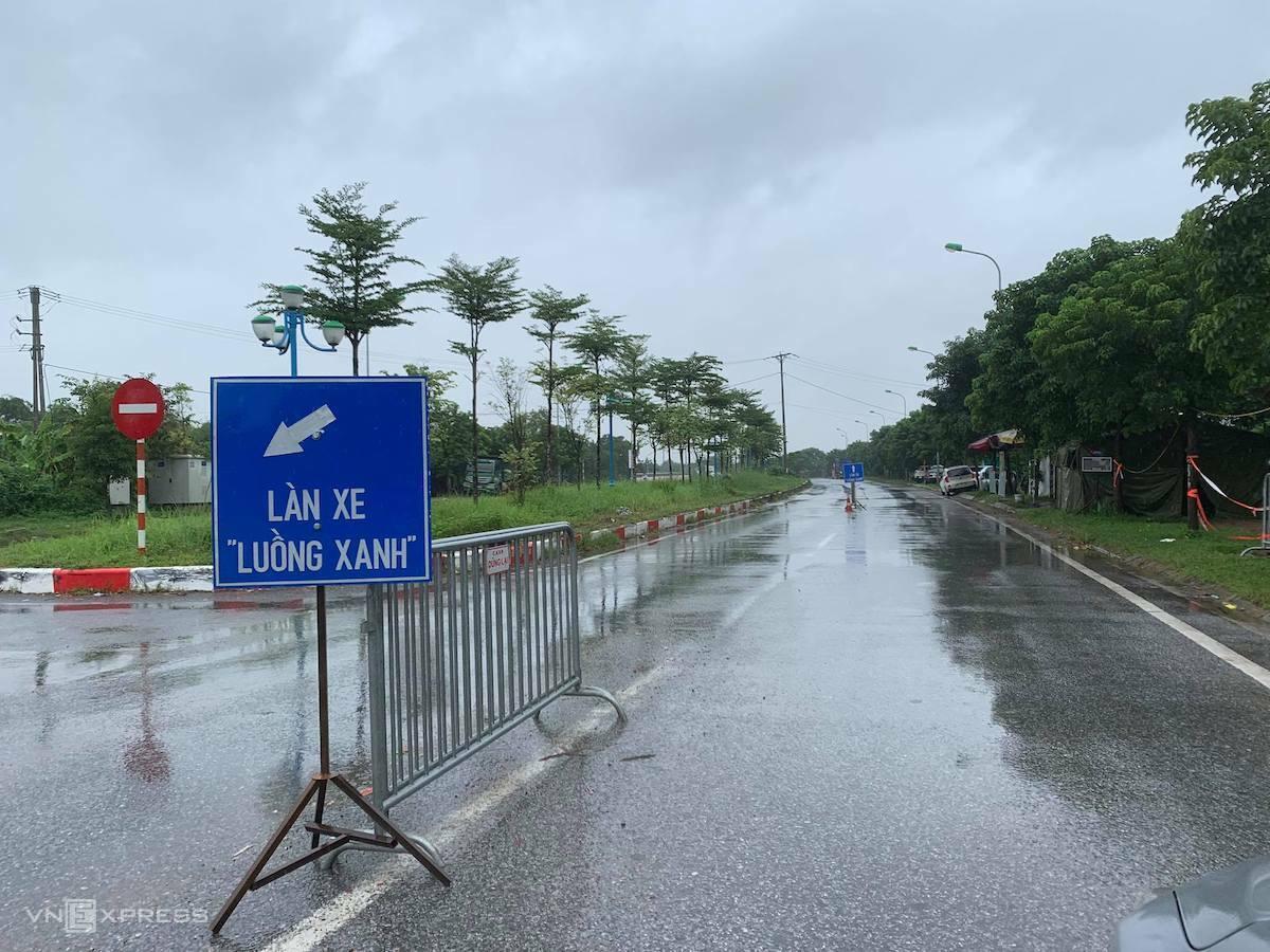 Chốt kiểm soát ở huyện Mê Linh giáp tỉnh Vĩnh Phúc, 9h ngày 15/10. Ảnh: Gia Chính
