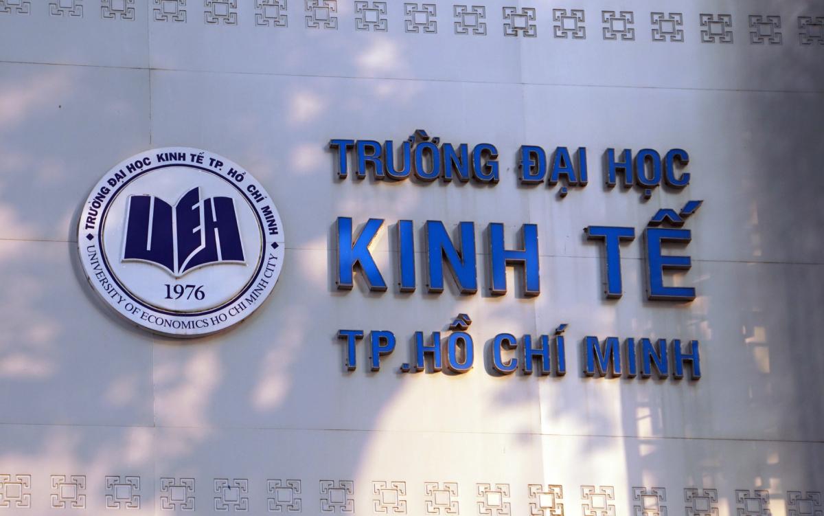 Bảng tên trường Đại học Kinh tế TP HCM tại cơ sở chính ở quận 3. Ảnh: Mạnh Tùng