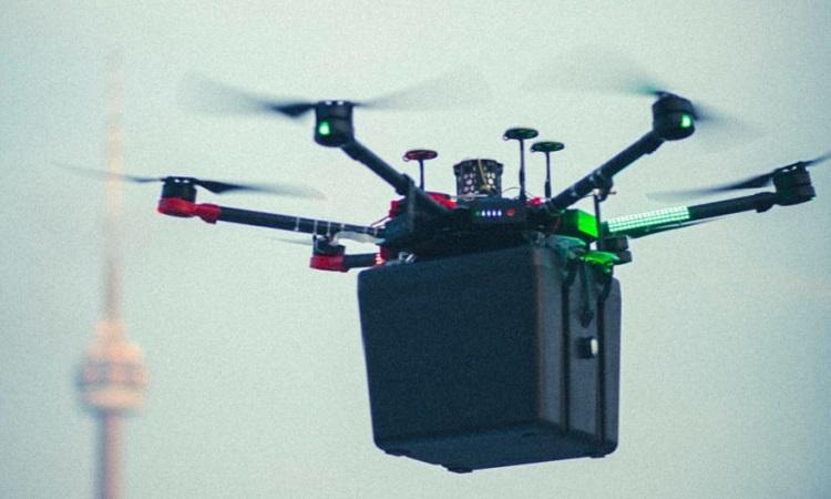 Chiếc drone chở lá phổi dùng để cấy ghép. Ảnh: CBC