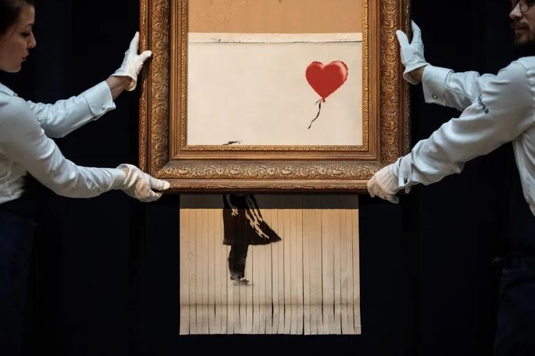 Bức tranh Love is in the Bin bị máy hủy tài liệu cắt một nửa. Ảnh: Bloomberg.